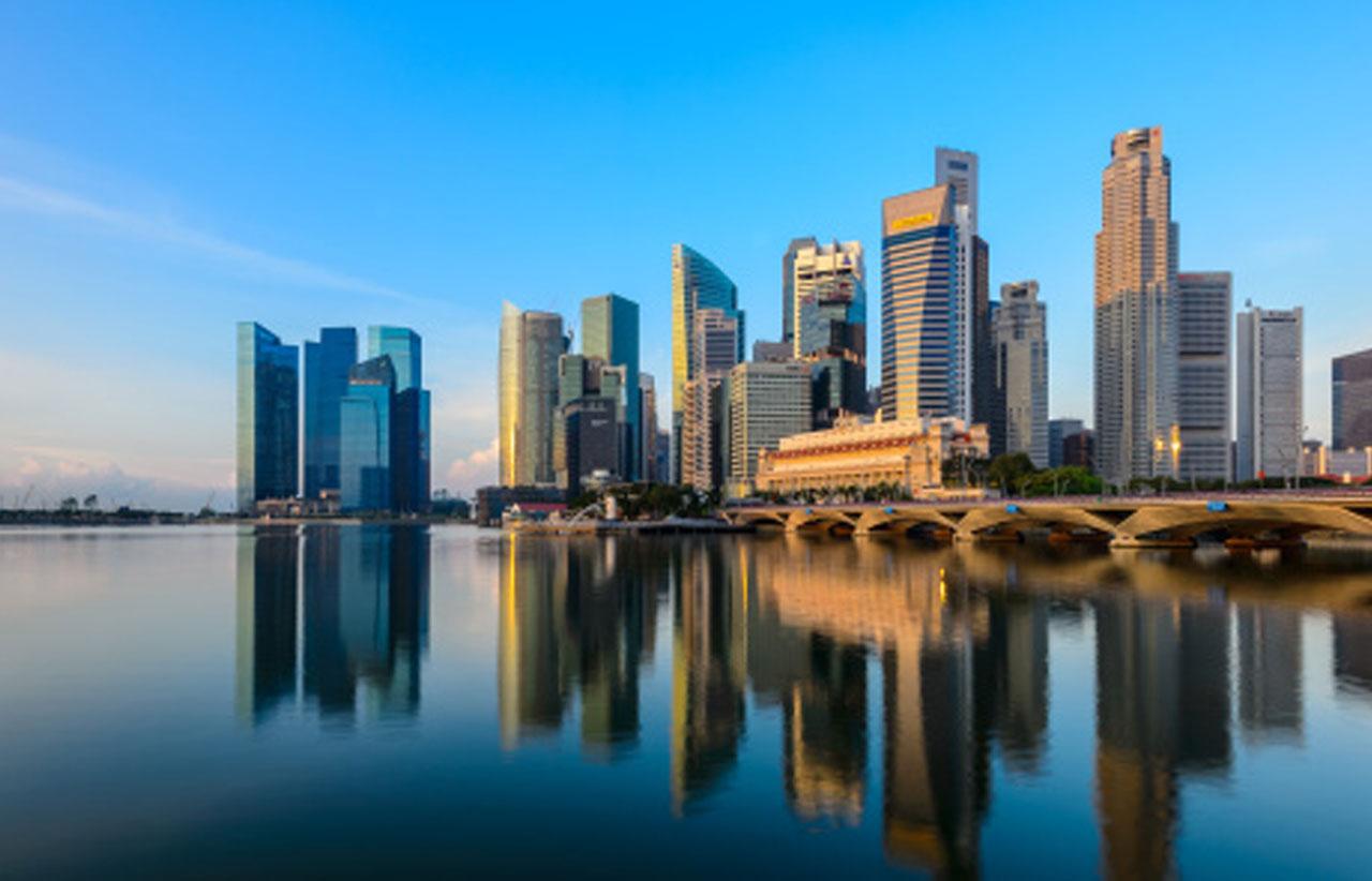 Lo skyline di Singapore e l'immagine riflessa nell'acqua visti dalla baia.