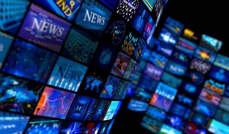 それぞれに映像が映し出されている無数のテレビ画面