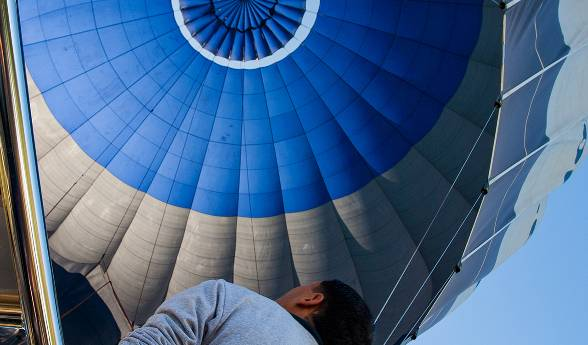田舎の風景の上空を自由落下する16人のスカイダイバーの空中写真。
